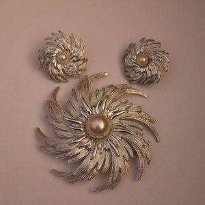 A star swirl vintage Sarah Coventry brooch set.